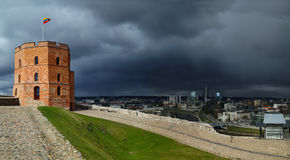 Башня Gediminas на предпосылке неба stom Стоковые Фотографии RF