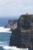 Башня O Briens рассматривает вне скалы Moher, графства Клары Стоковое Изображение