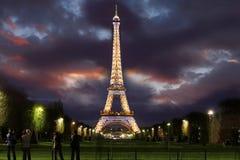 башня paris ночи eiffel Франции Стоковые Изображения RF