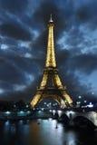 башня paris ночи eiffel Франции Стоковое Изображение