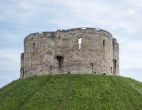 Башня ` s Клиффорда, построенная вверху насыпь Вильямом завоевателя Место еврейских суицида и бойни евреев толпой стоковые изображения