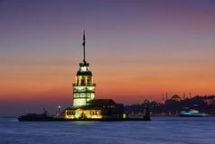 Башня ` s Kiz Kulesi девичья на ноче в Стамбуле, Турции Стоковые Изображения RF