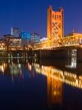 башня sacramento ночи моста Стоковое Фото