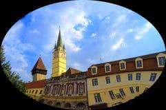 Башня Saxon с более малым nextt башни к нему в средствах, Румынии стоковое изображение