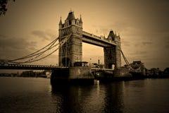 башня sepia моста Стоковые Изображения
