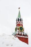 Башня Spasskaya (башня спасителей) в зиме. Стоковые Фото