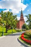 Башня Spasskaya Кремля и парка в Москве Стоковая Фотография