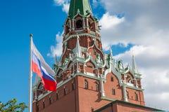 Башня Spasskaya Кремля и русский сигнализируют в Москве Стоковое Изображение