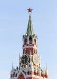 Башня Spasskaya Москвы Кремля на красной площади в дне победы в Москве, России Стоковые Изображения RF