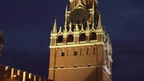 Башня Spasskaya на восточной стене Москвы Кремля на видео отснятого видеоматериала запаса ночи видеоматериал