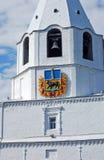 Башня Spasskaya с муниципальным гербом Сызрань Кремль на улице майны Lodochny Сызрань Зона самары Стоковые Изображения