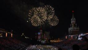 Башня Spasskaya фестиваля воинских оркестров на красной площади в Москве Фейерверки в конце выставки акции видеоматериалы