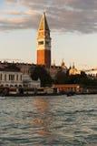 Башня St Mark отражает на грандиозном канале в Венеции, Италии Стоковые Изображения RF