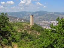 Башня Svan в под открытым небом музее городского пейзажа этнографии и Тбилиси на предпосылке Вид на город от держателя Mtatsminda стоковые изображения rf