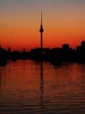башня tv захода солнца berlin Германии Стоковая Фотография