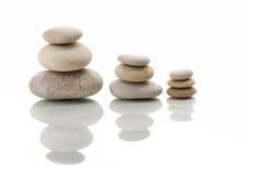 Балансируя изолированные камни Дзэн Стоковое Изображение