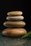 Балансируя камни Дзэн на черноте Стоковая Фотография