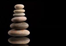 Балансируя камни Дзэн на черноте Стоковые Фото