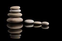 Балансируя камни Дзэн на черноте Стоковое Изображение RF