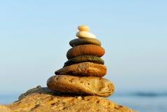 Балансируя камни помещенные на береге моря Стоковые Изображения RF