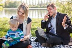Баланс между работой и семейной жизнью Стоковые Изображения RF