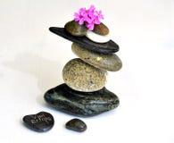 баланс предпосылки сбалансированный близко покрасил 4 серых камня камня камушка вверх Стоковые Фотографии RF