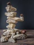 баланс предпосылки сбалансированный близко покрасил 4 серых камня камня камушка вверх Стоковые Изображения