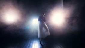 Балерина двигая в туман силуэт steadicam HD сток-видео