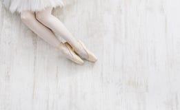 Балерина в ботинках pointe, грациозно ногах, предпосылке балета Стоковые Фотографии RF