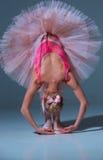 Балерина в розовой балетной пачке полагаясь вперед стоковые изображения rf
