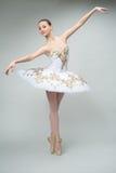 Балерина в студии стоковое изображение rf