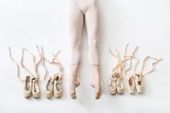 Балерина лежит в студии Стоковое Фото