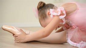 Балерина делает протягивать видеоматериал