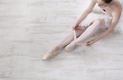 Балерина кладет дальше ботинки балета pointe, грациозно ноги Стоковые Изображения RF