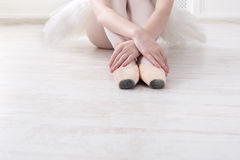 Балерина кладет дальше ботинки балета pointe, грациозно ноги Стоковое фото RF