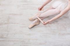 Балерина кладет дальше ботинки балета pointe, грациозно ноги Стоковое Фото