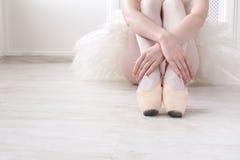 Балерина кладет дальше ботинки балета pointe, грациозно ноги Стоковое Изображение RF