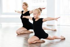 Балерина маленькой девочки и женщины танцуя совместно в школе балета Стоковые Изображения RF