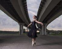 Балерина на улицах Балерина из дверей, молодой современный b Стоковое Изображение RF