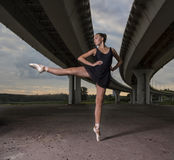 Балерина на улицах Балерина из дверей, молодой современный b Стоковые Изображения RF