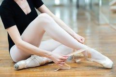 Балерина одевая ботинок pointe Стоковое Фото