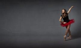 Балерина салютуя с элегантностью стоковое фото