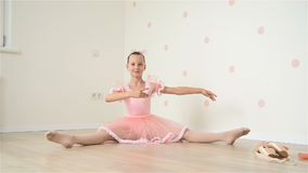 Балерина сидя на поле