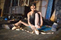 Балерина сидя на подогреве кулуарном Стоковое Фото