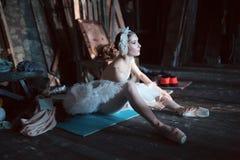 Балерина сидя на подогреве кулуарном Стоковые Фотографии RF