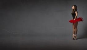 Балерина смотря пустой бальный зал abastract стоковые фото