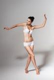 Балерина танцев в белой студии Стоковое Изображение RF