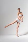 Балерина танцев в белом нижнем белье Стоковые Изображения RF