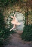Балерина танцуя outdoors классический балет представляет в городском backgro Стоковая Фотография RF