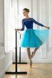 Балерина тренирует на barre Стоковое Изображение RF